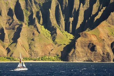 Is it better to tour the NaPali Coast by large boat or by raft?